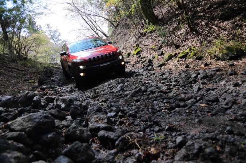ヒルディセント機能は泥と小石が混ざった路面をゆっくりと安全に下っていく