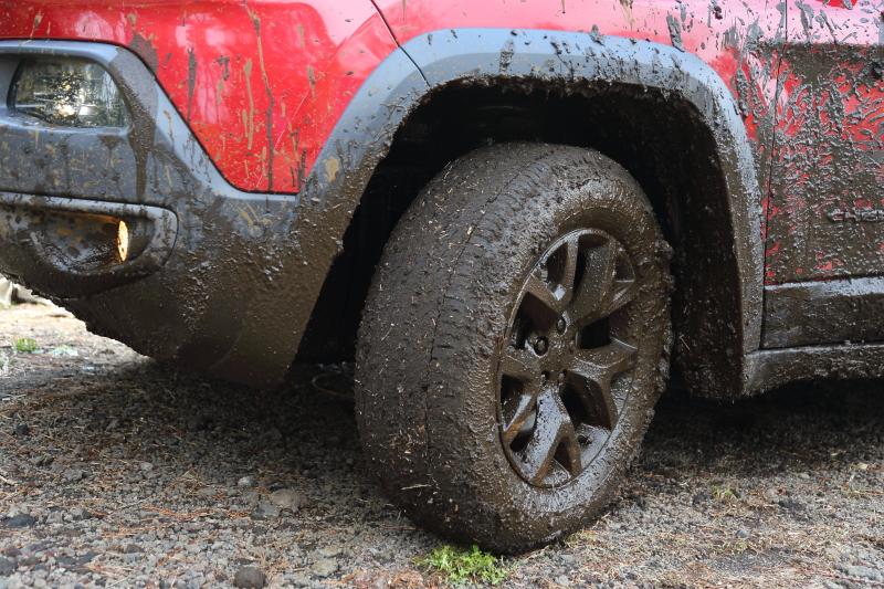 大雨で難易度が上がってしまった路面に対応するため、試乗車は空気圧を下げて接地面積を増やした