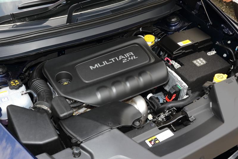 直列4気筒SOHC 2.4リッターエンジンは無段階可変吸気バルブ機構「マルチエア」を備え、最高出力130kW(170PS)/6400rpm、最大トルク229Nm(23.4kgm)/6400rpを発生。「Longitude」のJC08モード燃費は10.4km/L