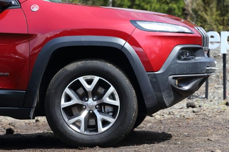 ワイドサイズの245/65 R17タイヤを採用する「Trailhawk」