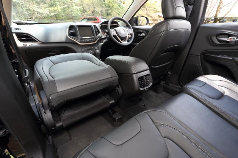 助手席は背もたれが可倒式になっており、シート下に収納スペースを用意する