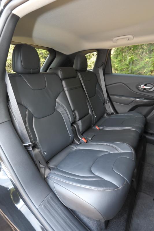 「Limited」は運転席8ウェイパワーシート/助手席6ウェイマニュアル調整機構やシートヒータを持つナッパレザーシートを標準装備