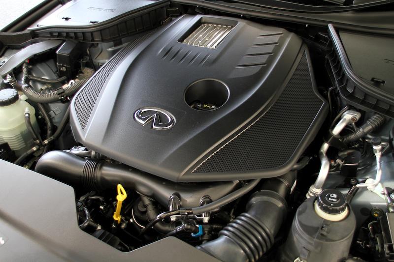 ダイムラー製の直列4気筒DOHC 2.0リッター直噴ターボエンジン。最高出力155kW(211PS)/5500rpm、最大トルク350Nm(35.7kgm)/1250-3500rpmを発生