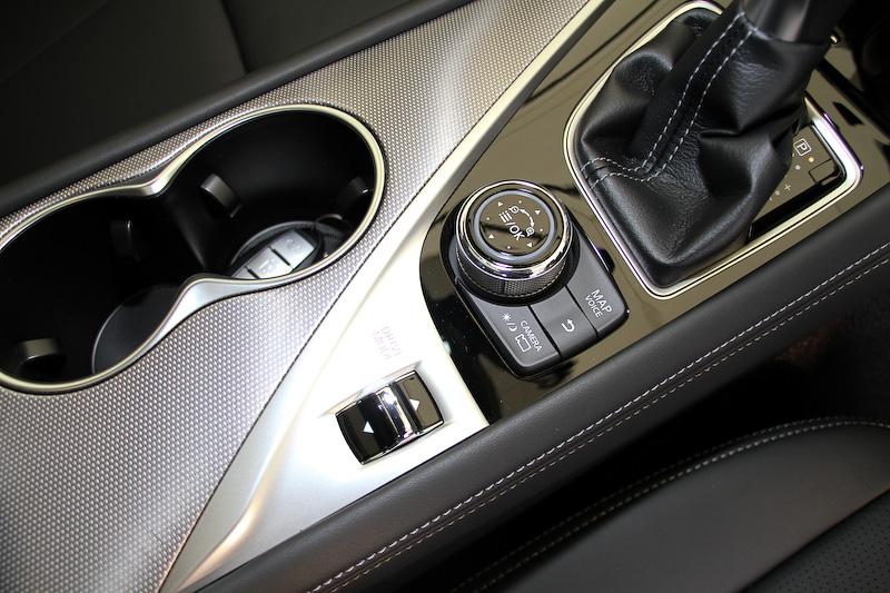 ハイブリッド車と同様ドライブモードセレクターを備えるが、200GT-tのPERSONALモードの設定パターンはハイブリッドモデルの96通りから12通りへと変更になった