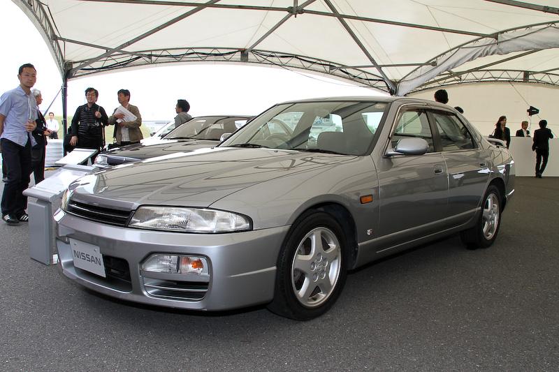 9代目となるR33型スカイラインは、「本流グランドツーリングカー」のキャッチコピーを引っ提げて1993年8月にデビュー。写真は1997年式の「スカイライン 4ドアセダン」(ECR33型)で、ボディーサイズは4640×1720×1340mm(全長×全幅×全高)、ホイールベース2720mm。直列6気筒DOHC 2.5リッターターボ「RB25DET」エンジンの最高出力は184kW(250PS)/6400rpm、最大トルクは294Nm(30.0kgm)/4800rpmを発生