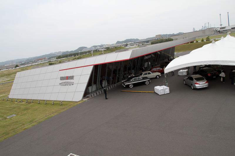 「スカイライン」の新グレード「200GT-t」の発表会は日産自動車追浜工場のテストコース「GRANDRIVE」で行われた