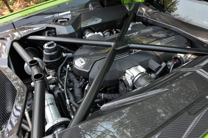 パワートレーンはV型12気筒DOHC 6.5リッターエンジンと7速ISRと呼ばれるシングルクラッチ・シーケンシャルトランスミッションの組み合わせで、駆動方式は4WDとなる。最高出力は515kW(700PS)/8250rpm、最大トルクは690Nm/5500rpm。最高速は350km/h、0-100km/h加速は2.9秒を実現