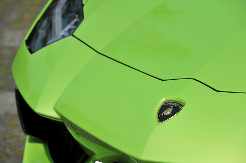 高効率のエアロダイナミクスを身にまとうアヴェンタドールのモノコックは、軽量なカーボンファイバー製を採用。フロントボンネット、前後フェンダー、ドアなどはアルミ製で、乾燥重量は1575kgとした
