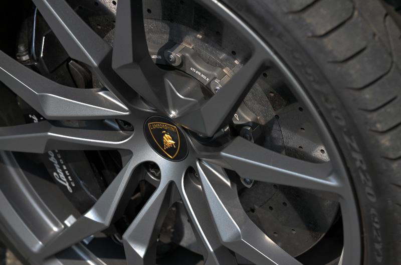 撮影車のホイールはフロント20インチ(タイヤサイズ:255/30 ZR20)、リア21インチ(タイヤサイズ:355/25 ZR21)で、ピレリのハイパフォーマンスタイヤ「P ZERO」を装着。ブレーキシステムはフロント6ピストン(ローターサイズ:400×38mm)、リア4ピストンキャリパー(ローターサイズ:380×38mm)を採用している