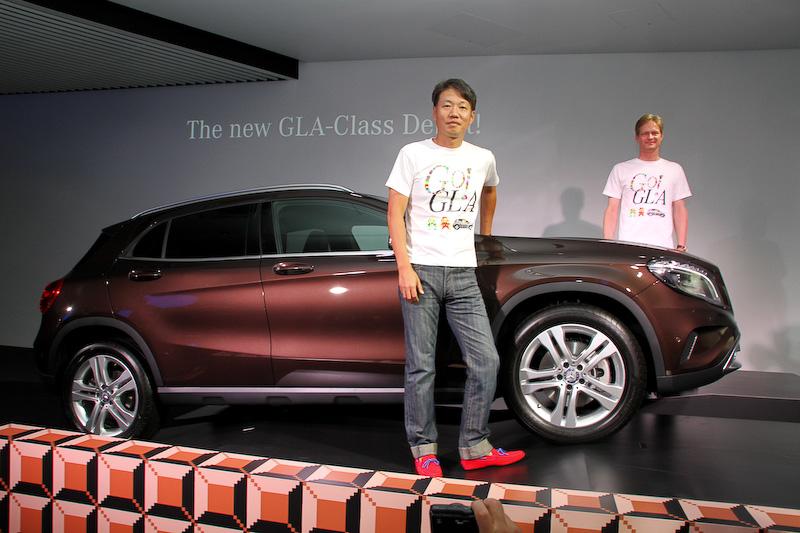 上野金太郎社長兼最高執行経営役員(CEO)とマーク・ボデルケ副社長、新型コンパクトSUV「GLA クラス」