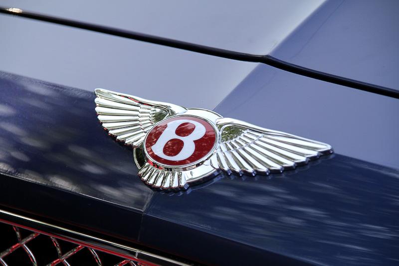 フライングスパー V8のグリル上部に付くウイングバッヂは赤色を採用