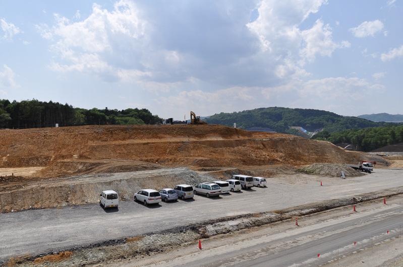 土の切り出しが進む川西IC建設予定地。ここで切り出した土を必要な個所に運んでいく