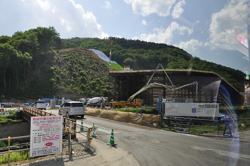六石山トンネルへと向かう道。まだ高速道路部分ができていないので、右側にトンネルに向かうスロープが作られている