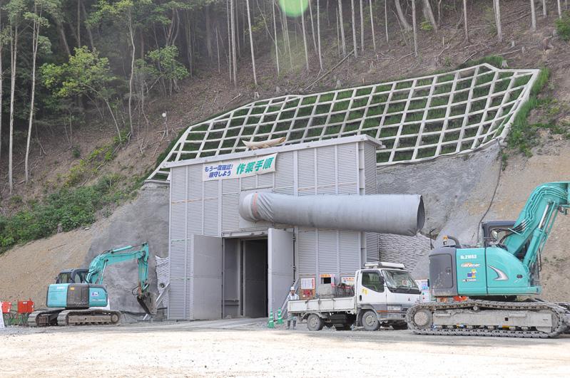 六石山トンネル外観。発破による工事を行っているので、爆破時は扉を閉めることで防音対策を行う