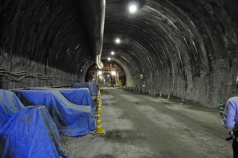 建設の進む六石山トンネル。下り側のトンネルを先行開通させ、土を運ぶルートとして活用する