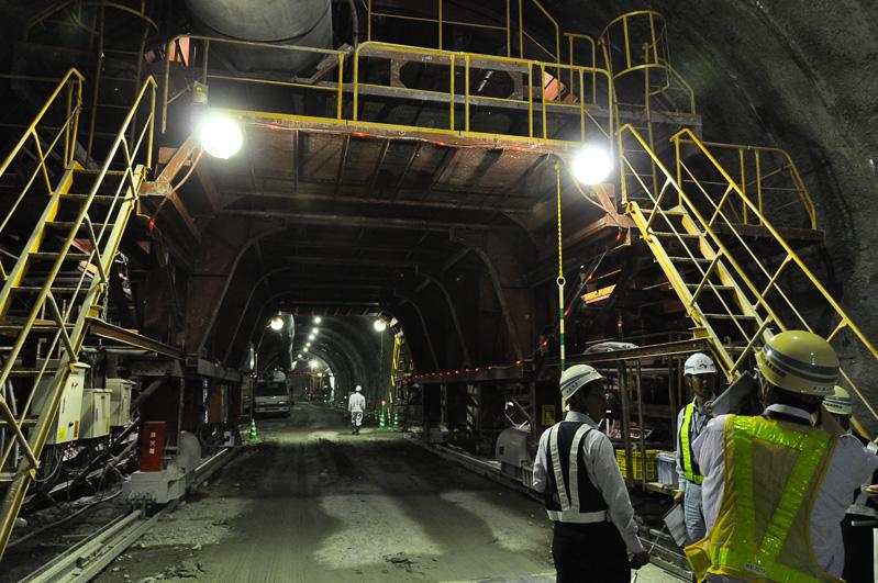 トンネル内には移動式の足場が置かれていた