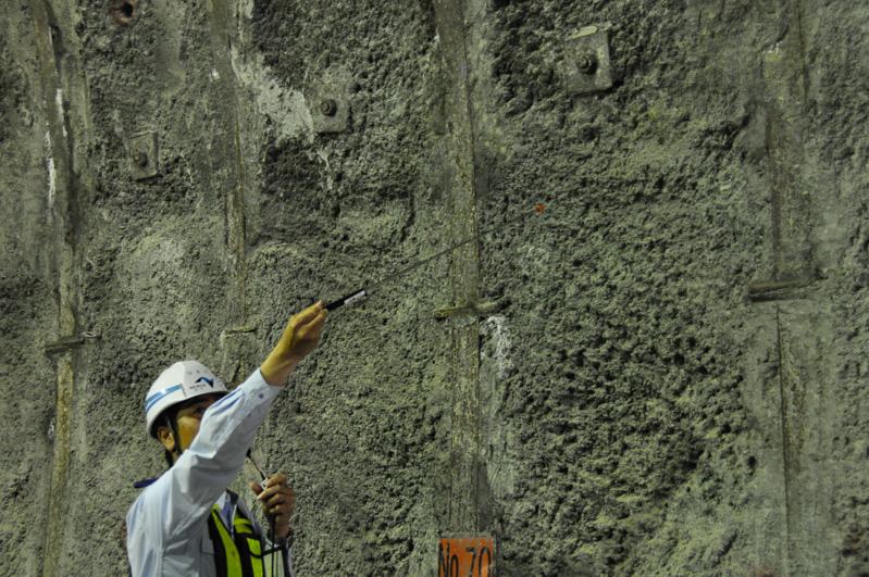 掘削後、コンクリートで表面を覆う
