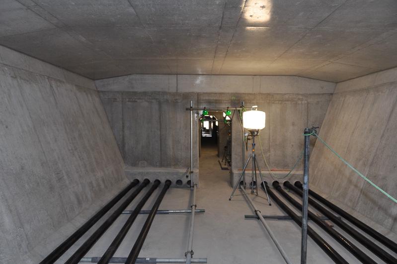 橋梁内部。両脇に見える黒いケーブルがプレストレス用のケーブルとなる