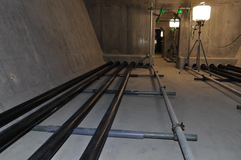 現時点で片側4本走っていたが、将来的には5本になるとのこと。ケーブル用の穴は6個あいているが、これはケーブル交換などに使うため