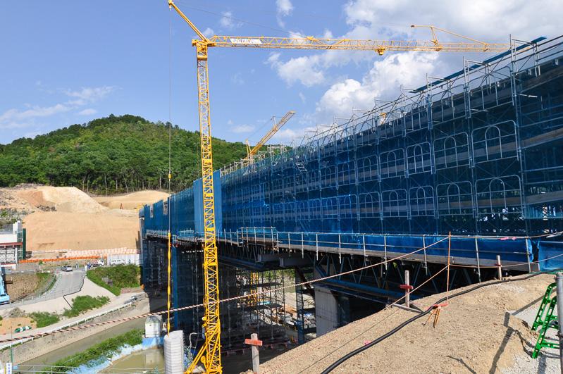 建設の進む広根第一高架橋。奥が川西IC側、手前が猪名川トンネル側