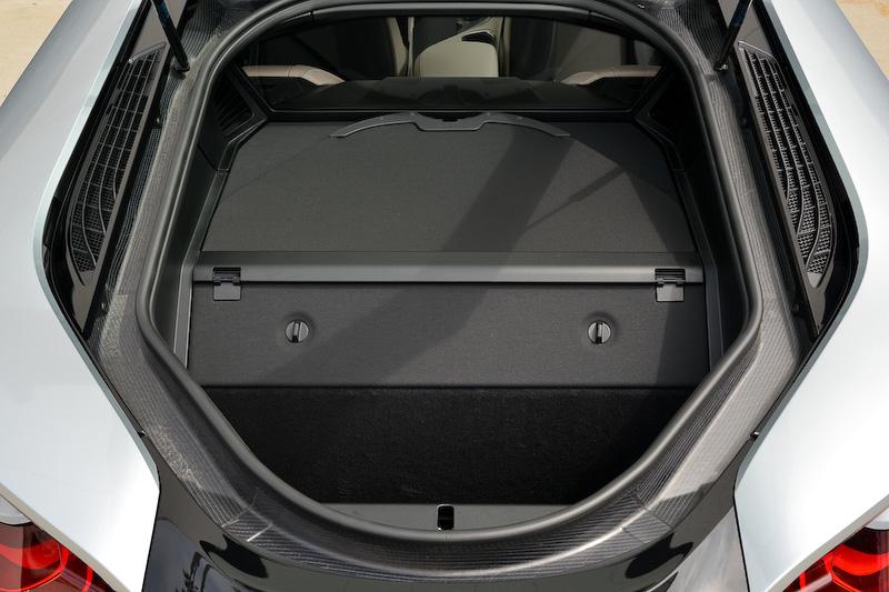 ベージュを基調としたi8のインテリア。ドアシルにカーボンファイバーが覗めるなど、スポーティな仕上がりになっている