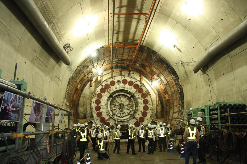 横浜環状北線で使われたシールドマシンの直径は12.5m。作業時には正面のカッターフェイスの後方に、削った土を運び出す「スクリューコンベア」、トンネル壁面を組み立てる「エレクター」などが設置されていたが、すでに解体され運びだされている