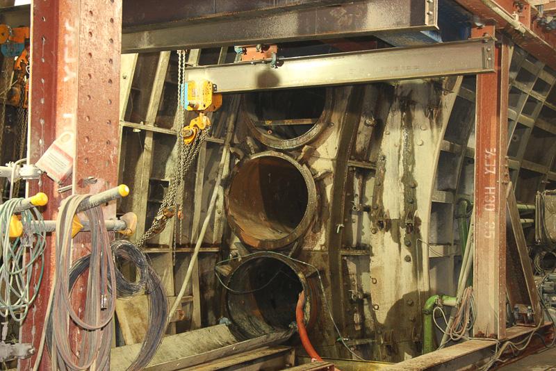 本線トンネルを取り囲むようにパイプルーフを打設。周辺の土砂が崩れないよう補強するほか、鋼管なので内部スペースを土砂の運搬や作業員の移動などに利用できる