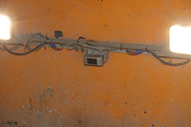 足場が入り組むケースもある工事現場で使われるため、必要最小限のサイズで構成されているトロッコ。車体の前後には、中央にある運転席からの視界を補うためカメラが設置されている