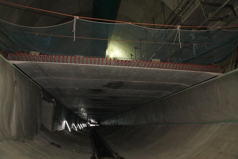 作りかけの床版。内部に太い鉄骨が入って補強されており、この上にアスファルト舗装などが敷かれる