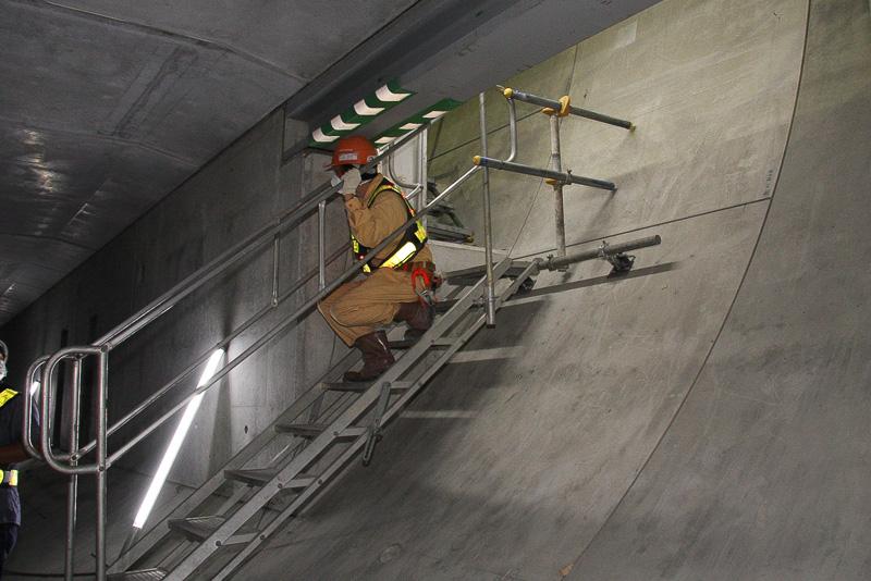 管理用道路などのある床版下への移動には、完成時には海ほたるなどと同じようにすべり台が設置される予定だが、現在は工事中ということで階段が仮設されていた。緊急用ということで必要最小限のスペースで、とくに階段を使う場合はしゃがみ込むような姿勢で移動することになった