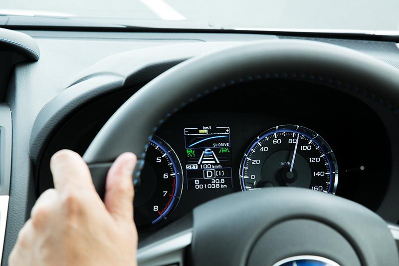 東名高速をアイサイト ver.3で走行中。車線を認識しているのが分かる