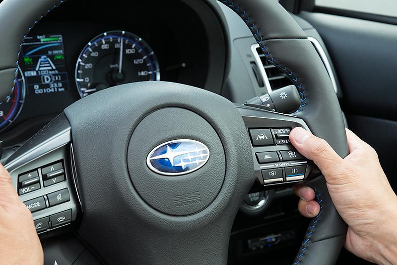 1.6GT EyeSightのステアリングスイッチまわり。右手親指下にあるのが車間設定スイッチで、3段階に車間を設定できる。約40km/h走行時は30m/22m/15m程度、約100km/h走行時は60m/45m/30m程度となる