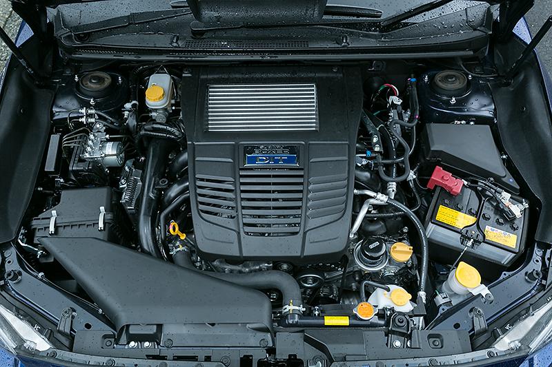 2.0リッターDITのFA20エンジン。ハイオク仕様でボアストロークは86.0×86.0mmのスクエア。圧縮比は10.6