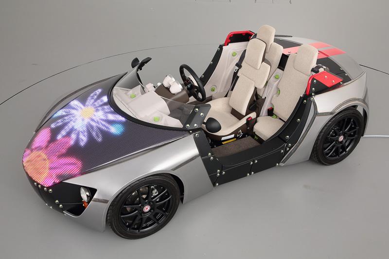 Camatte57s スポーツのボンネットに設置されたLEDを使い、「ハート」「ライオン」「花」などのイラストを表示してカスタマイズが楽しめる