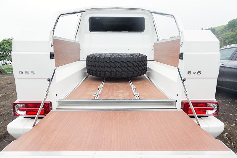 荷台には木製の化粧パネルが装備されていた。スペアタイヤはこの位置に