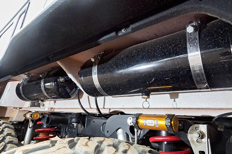 タイヤの奥にある空気タンク。6輪それぞれに付いている。ショックアブソーバーも別体タンクのオーリンズ製
