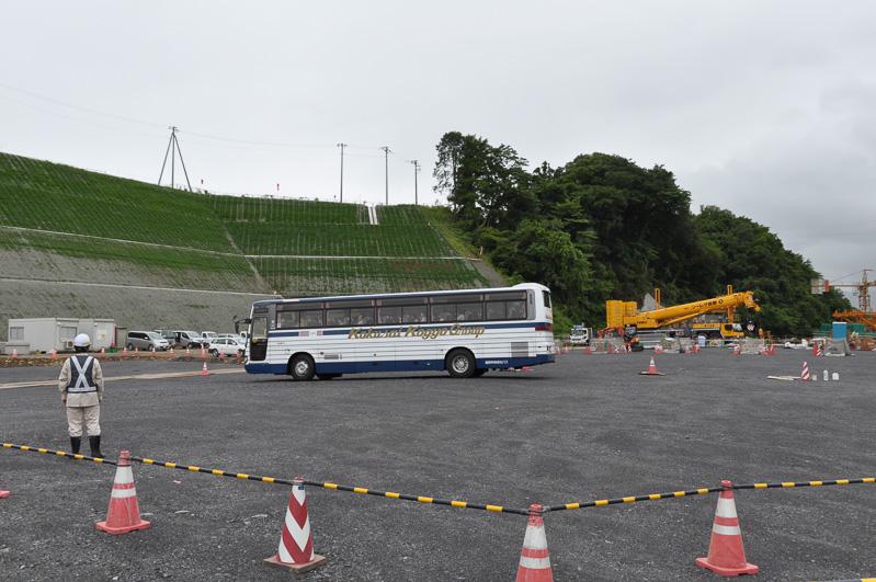 将来、料金所が設置される場所。バスの奥に見える高台が本来の地面で、地面を掘って料金所のスペースを作り出した