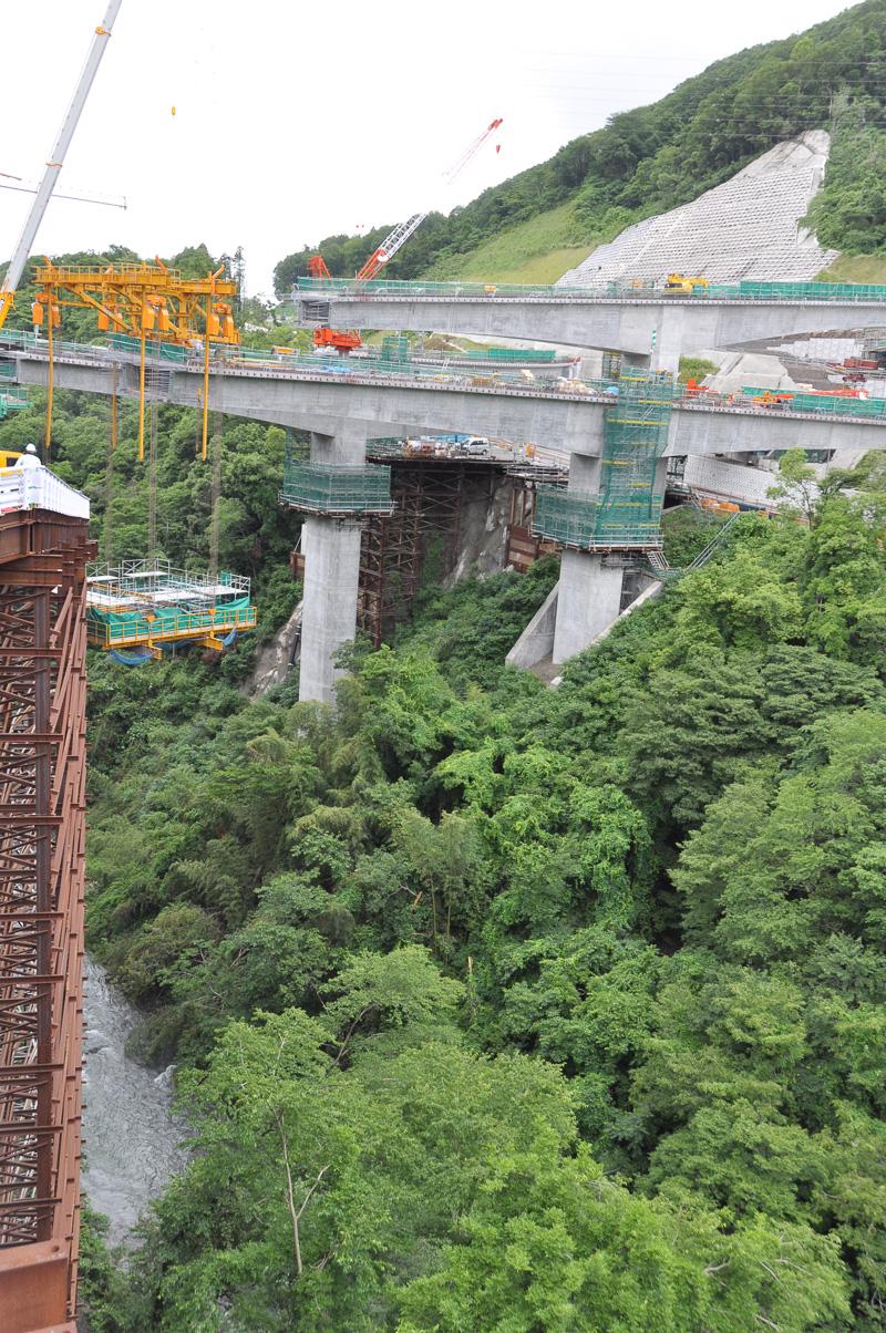 こちらが津久井広域道路へ接続するためのランプ橋工事現場。左下に見えるのが串川