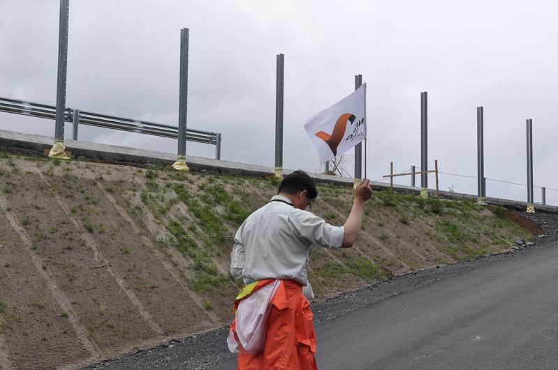 NEXCO中日本のスタッフの後ろから高速道路本線に入っていく