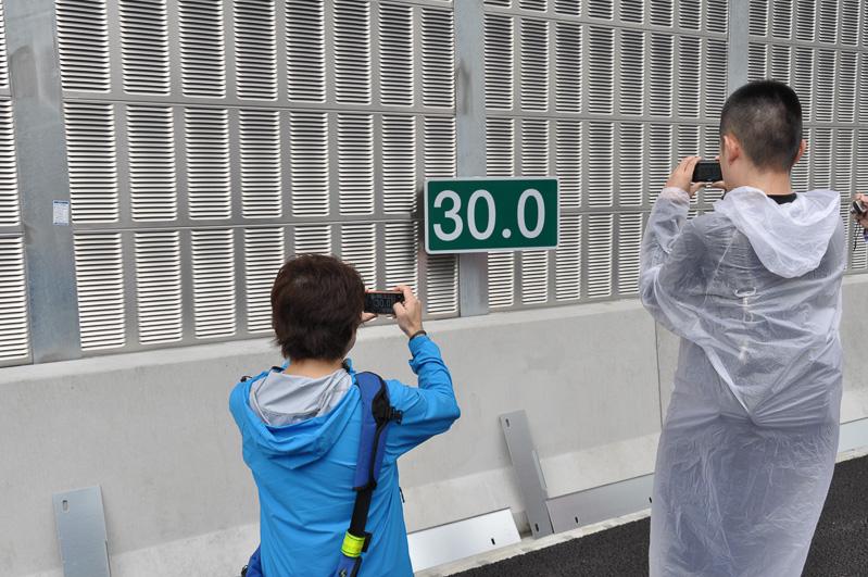 一番人気に見えたのが、このキロポスト表示。30.0は、茅ヶ崎JCTからの距離を示す