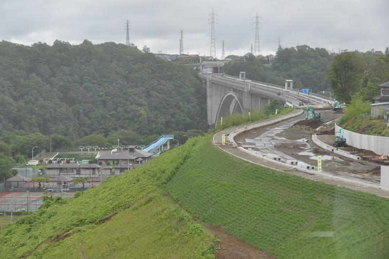 新小倉橋から手前に伸びる道路が津久井広域道路。工事中なのが分かる