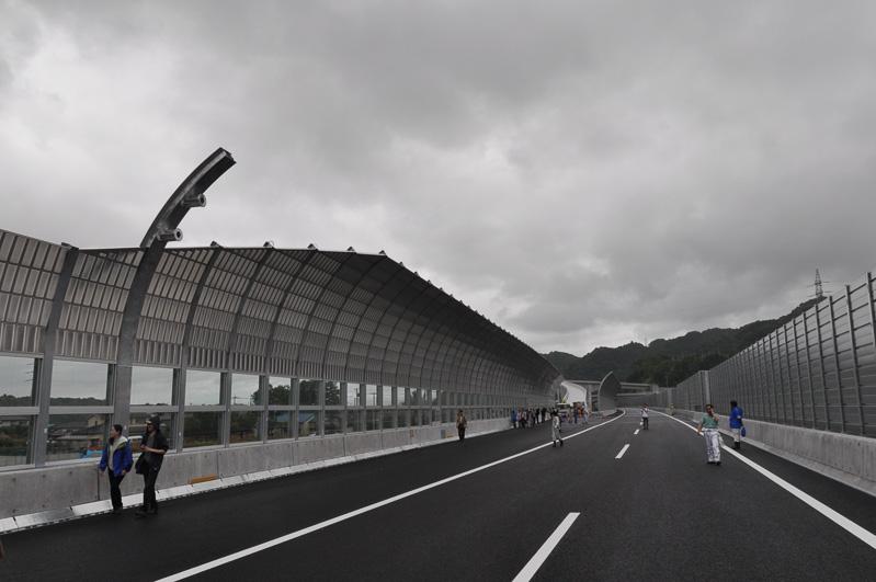 城山橋の風景。ドライバーのつもりになって撮影した。奥が東名方向
