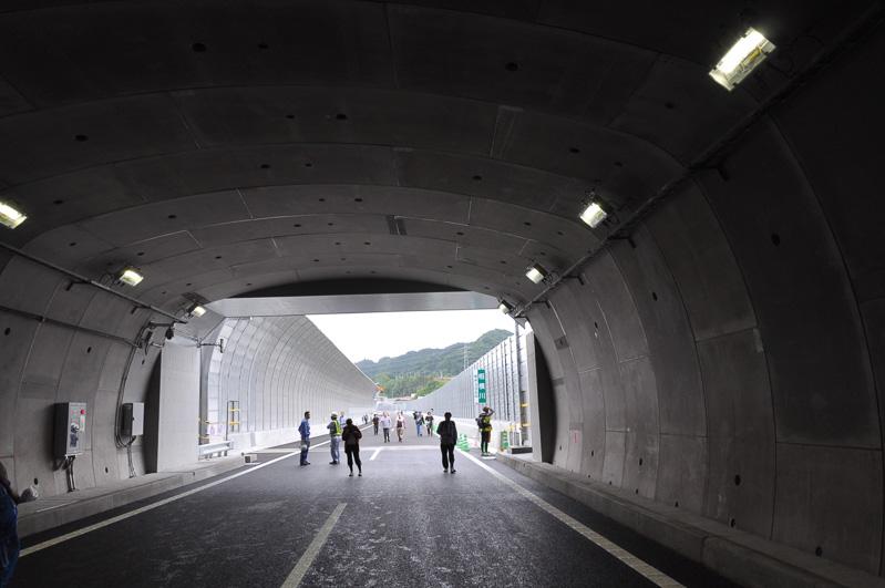 城山トンネルの照明は、プロビーム照明など方向性を持つLED照明が使われている