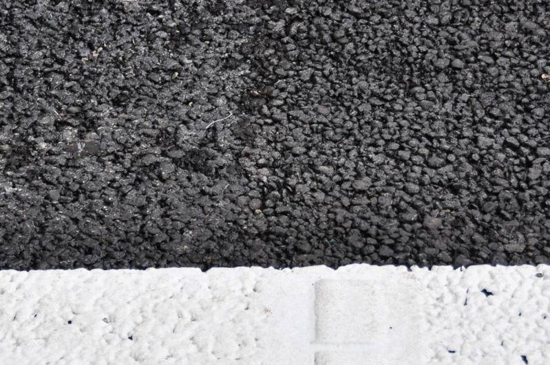 城山トンネル出入り口近辺では、2種類の舗装を同時に見ることができた。中央より右が目の粗い高機能I型アスファルト、左がやや目の細かい高機能II型アスファルト。I型は排水性が高いが耐久性に劣る。II型は排水性を犠牲にして耐久性を上げたもの。トンネル内は直接雨が降らないため、II型が使われている