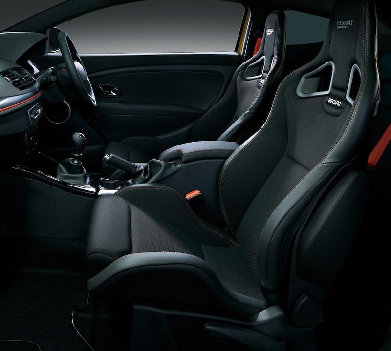 インテリアではレッドカラーのシートベルトに加え、レッドステッチ&ドット入りレカロシート(レザー調&ファブリックコンビ)を採用