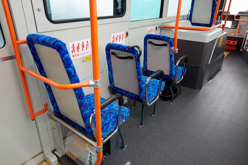 車内はホイールベースを拡大して前向き優先席を採用。室内灯もLED化して整備コストを低減させた