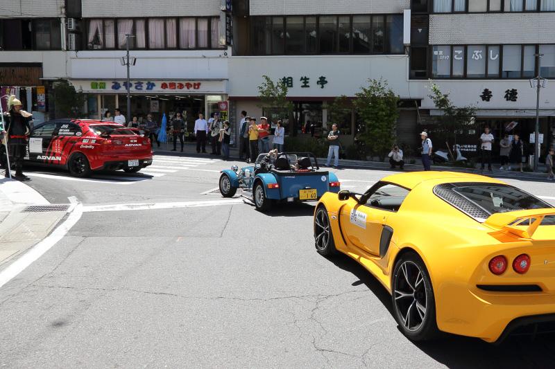沿道で多くの自動車ファンや近隣住民がパレードランを楽しんだ