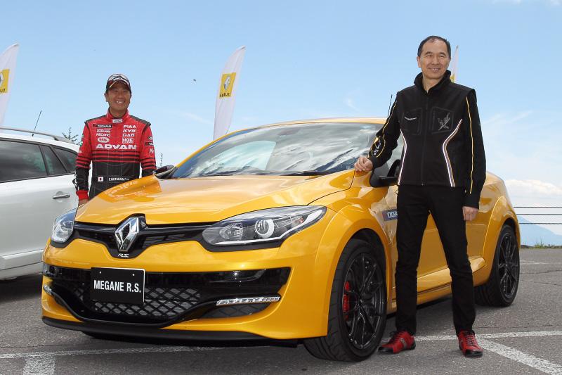 6月27日に発売となるメガーヌハッチバックGT220(写真左)、メガーヌエステートGT220(写真中)、メガーヌ ルノー・スポール(写真右)がヒルクライムを走行。なお、メガーヌ ルノー・スポールは奴田原選手がドライブした