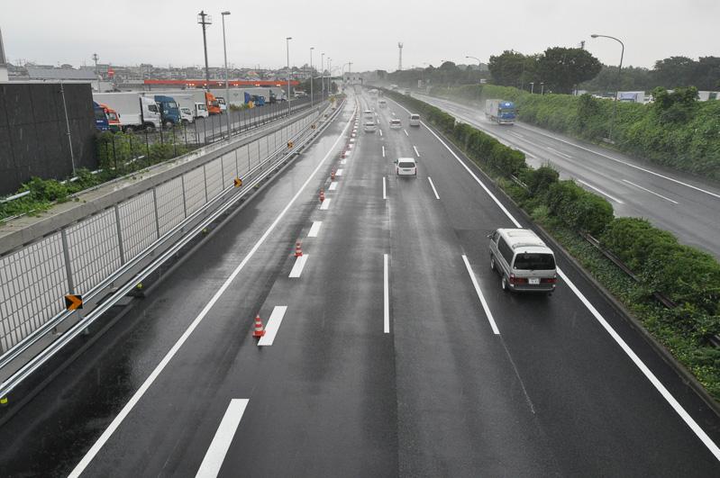 東京方面を望む。左の付加車線が本線に合流している