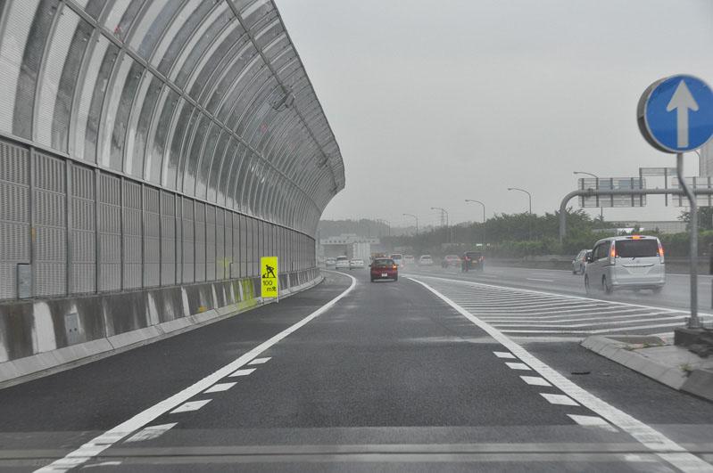 右に見えるのが東名高速 上り